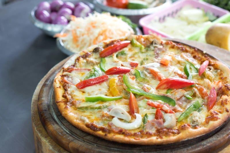 Pizza deliziosa in cucina fotografia stock