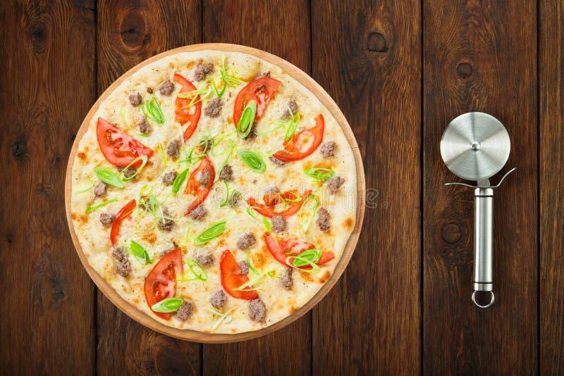 Pizza deliziosa dei frutti di mare con i pomodori e la taglierina immagini stock