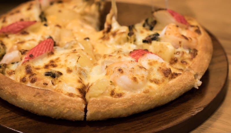 Pizza deliziosa dei frutti di mare su una tavola strutturata di legno fotografia stock