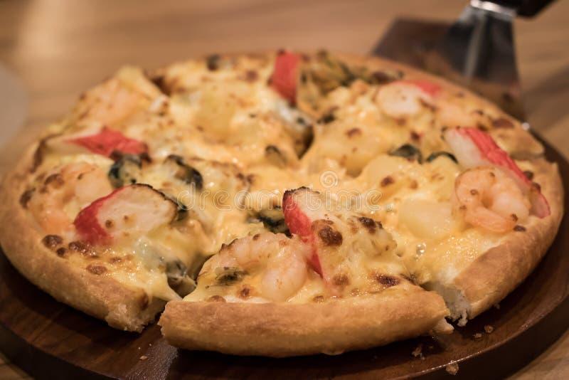 Pizza deliziosa dei frutti di mare su una tavola strutturata di legno immagini stock libere da diritti