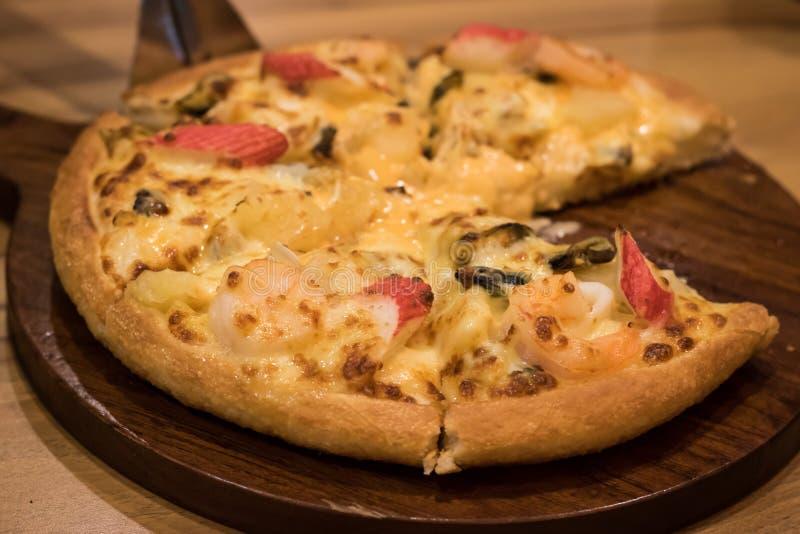 Pizza deliziosa dei frutti di mare su una tavola strutturata di legno fotografia stock libera da diritti