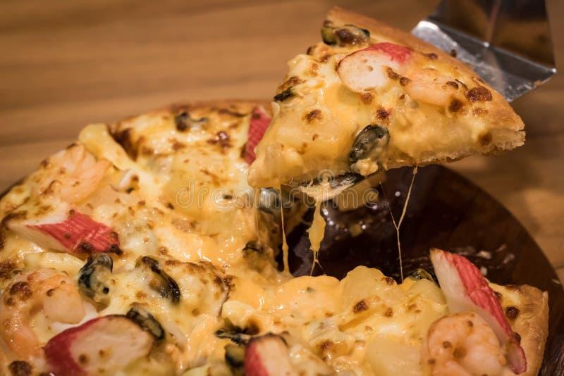 Pizza deliziosa dei frutti di mare su una tavola strutturata di legno fotografie stock libere da diritti