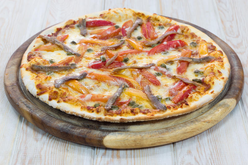 Pizza deliziosa su legno fotografie stock