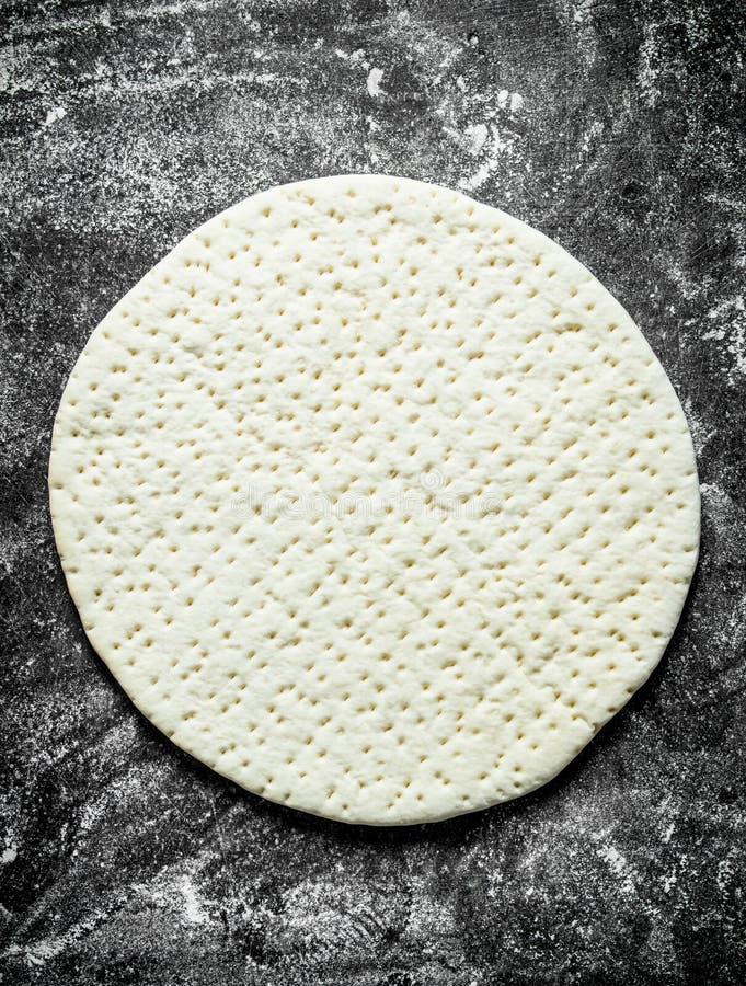Pizza della preparazione Pasta srotolata per pizza casalinga fotografia stock libera da diritti