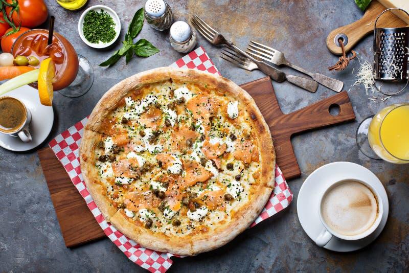 Pizza della prima colazione con il salmone immagini stock libere da diritti