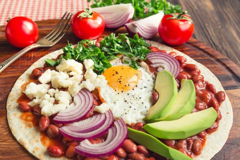 Pizza della prima colazione di Huevos Rancheros immagini stock