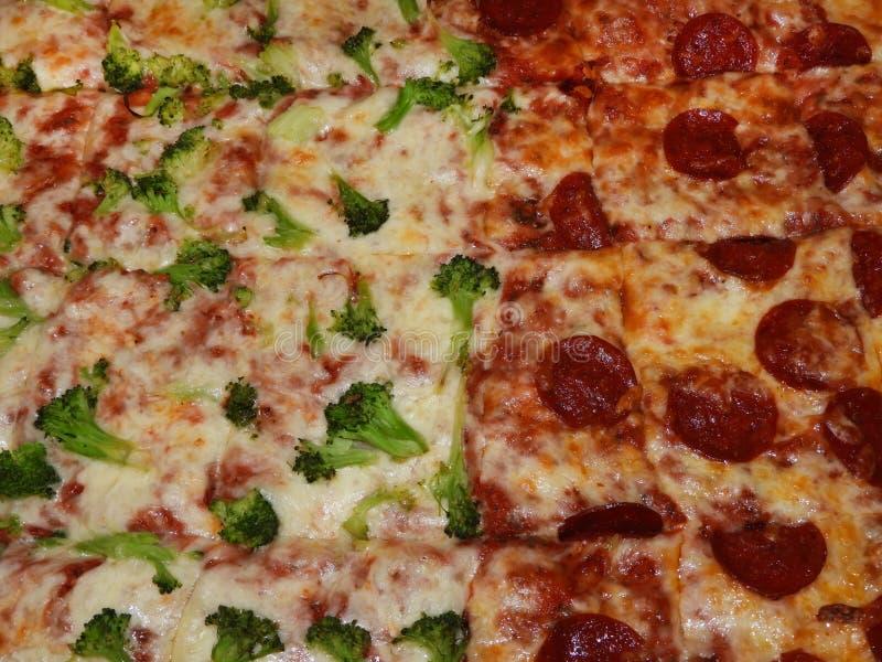 Pizza dello strato dei broccoli & del formaggio delle merguez fotografia stock