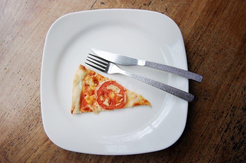 Pizza in der Platte lizenzfreie stockbilder