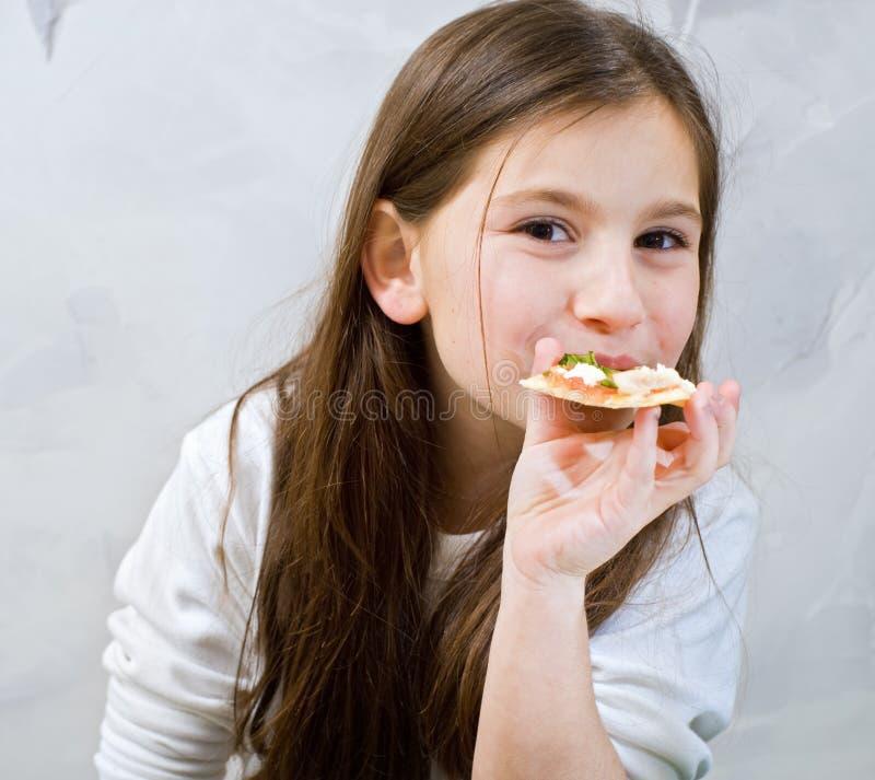 Pizza des jungen Mädchens lizenzfreie stockfotografie