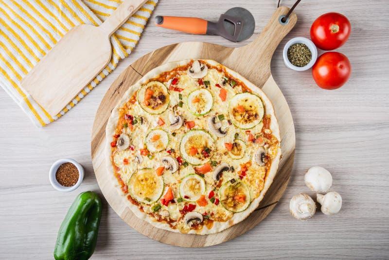 Pizza des Zucchinistrengen vegetariers mit Pilzen, Tomaten, Pfeffer und Oregano stockfotos