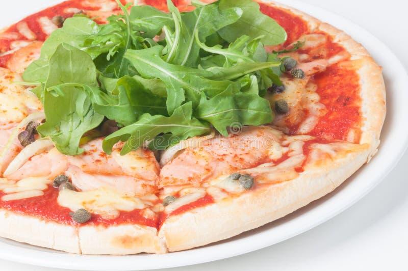 Pizza di color salmone con la rucola fresca insalata e capperi immagine stock libera da diritti