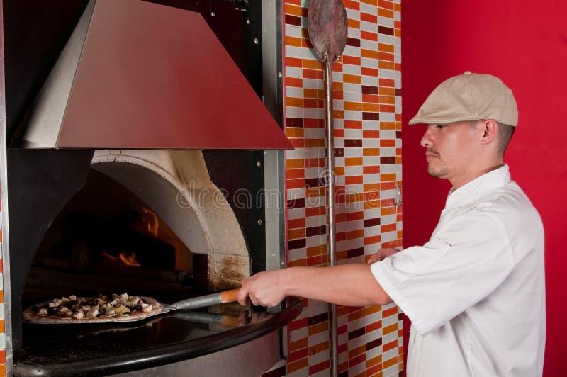 Pizza di cottura del cuoco fotografia stock libera da diritti