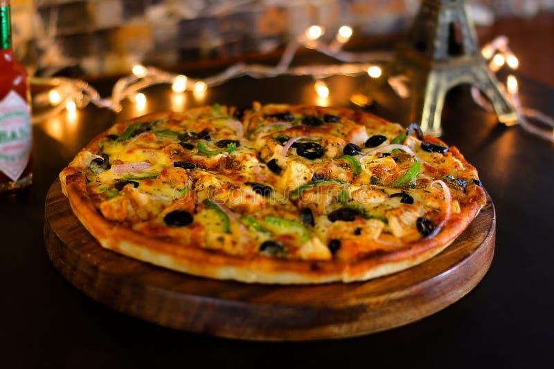 Pizza di formaggio del pollo del BBQ immagine stock libera da diritti