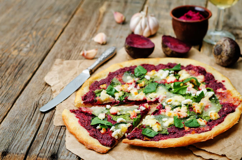 Pizza di formaggio della capra degli spinaci di hummus della barbabietola fotografia stock libera da diritti