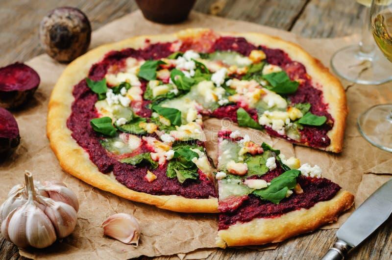 Pizza di formaggio della capra degli spinaci di hummus della barbabietola immagini stock
