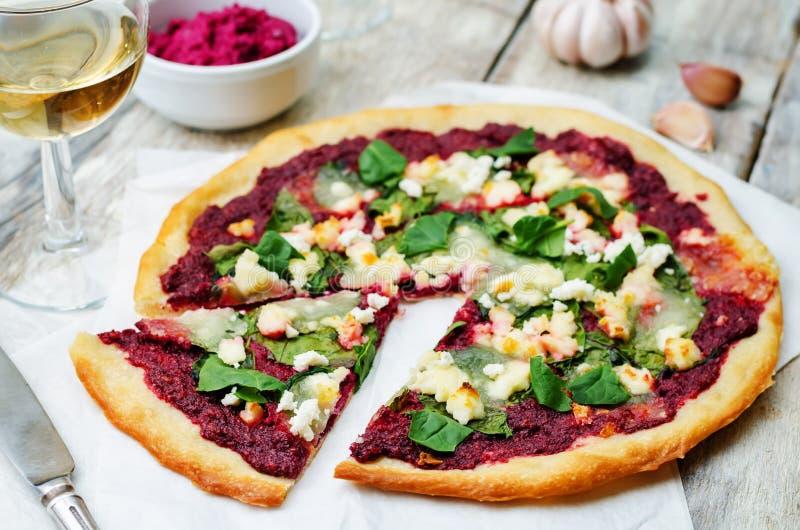 Pizza di formaggio della capra degli spinaci di hummus della barbabietola immagine stock libera da diritti