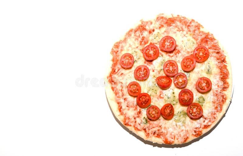 Pizza di formaggio quattro con basilico ed origano sopra fondo bianco con copyspace immagine stock