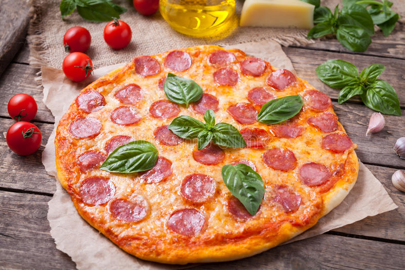 Pizza di merguez casalinga tradizionale con salame fotografie stock libere da diritti