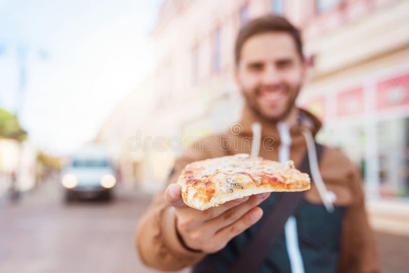 Pizza di merguez mangiatrice di uomini fotografie stock