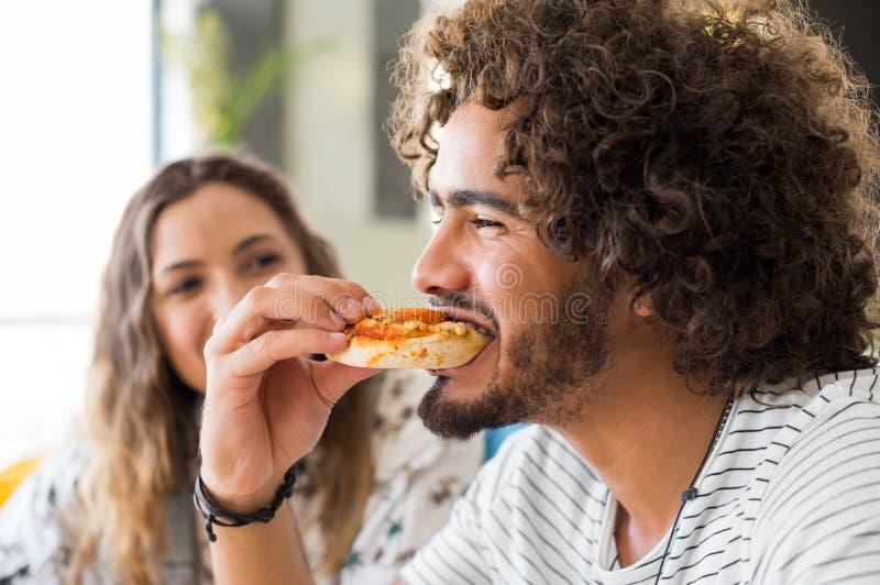Pizza di merguez mangiatrice di uomini fotografia stock libera da diritti