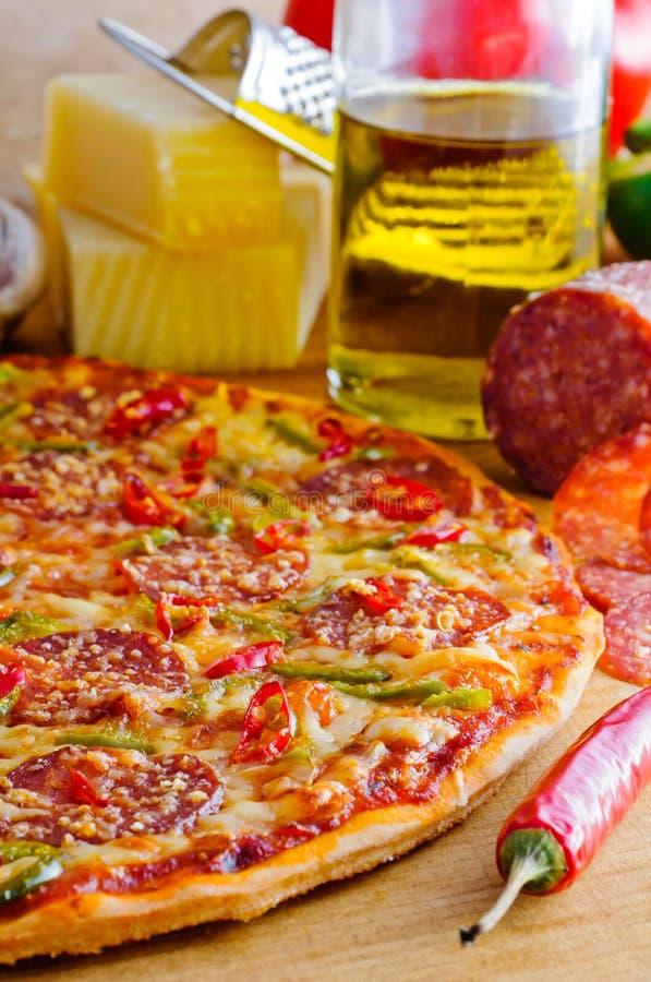 Pizza di merguez piccante immagine stock libera da diritti