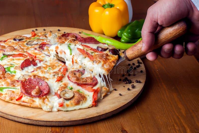 Pizza di merguez saporita con salame Concetto dell'alimento fotografie stock