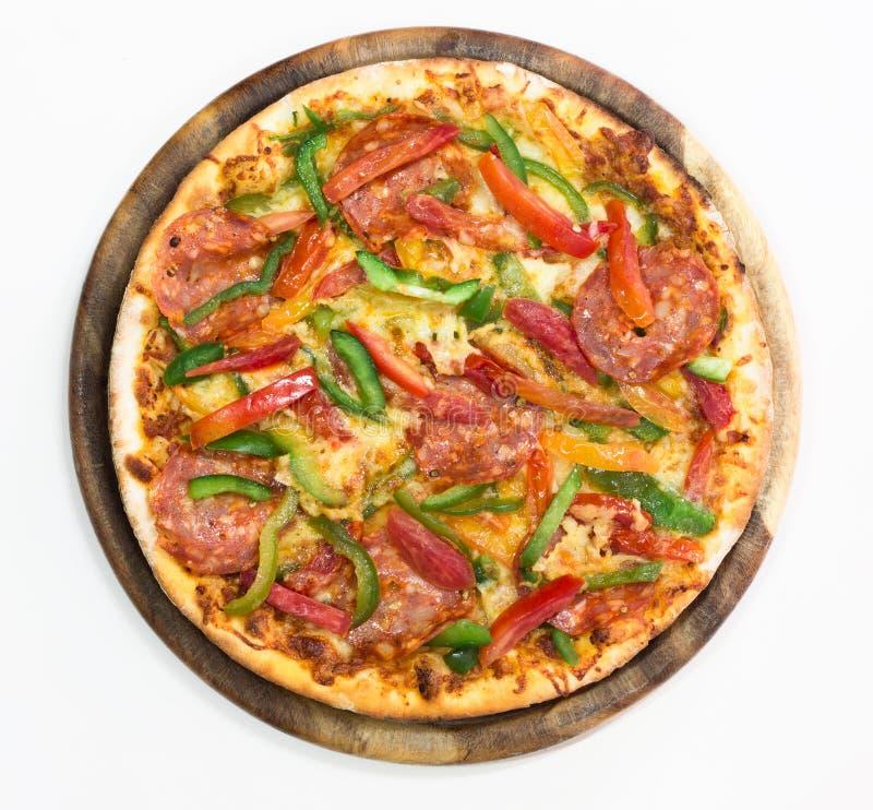 Pizza di merguez sottilmente affettata su bianco immagine stock
