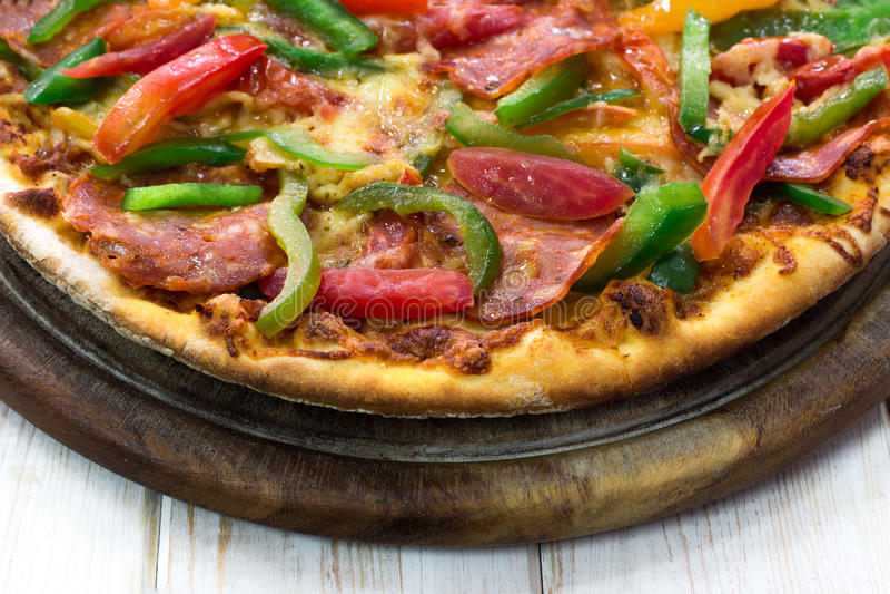 Pizza di merguez sottilmente affettata su legno fotografia stock libera da diritti