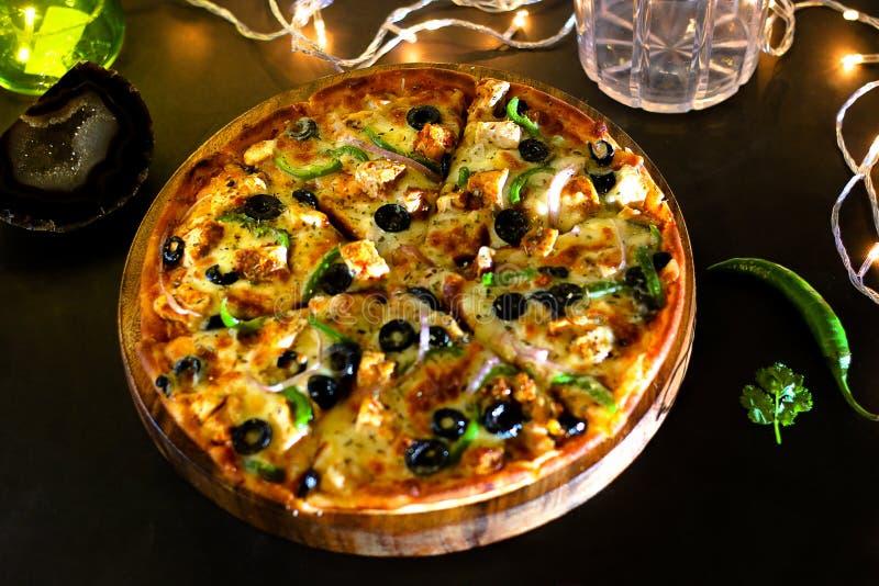 Pizza di scoppio del formaggio del pollo fotografie stock