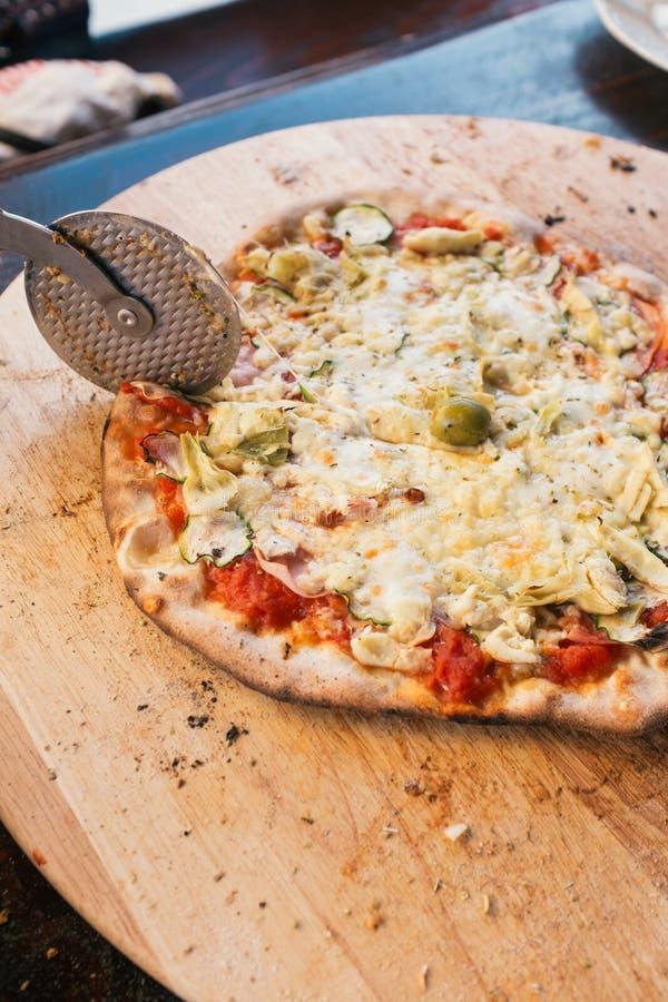 Pizza di taglio immagine stock libera da diritti