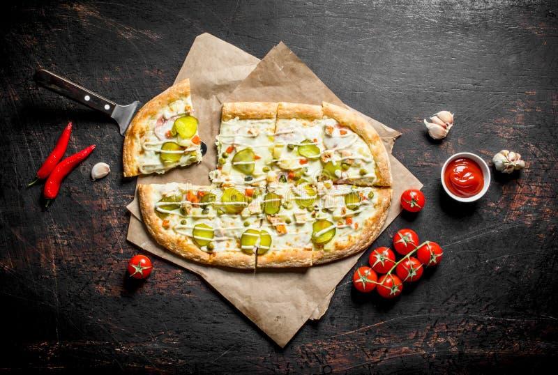 Pizza di verdure con i peperoncini, i pomodori e le fette dell'aglio fotografie stock libere da diritti