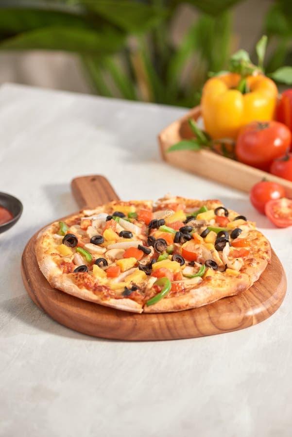 Pizza di verdure isolata su fondo bianco fotografie stock libere da diritti