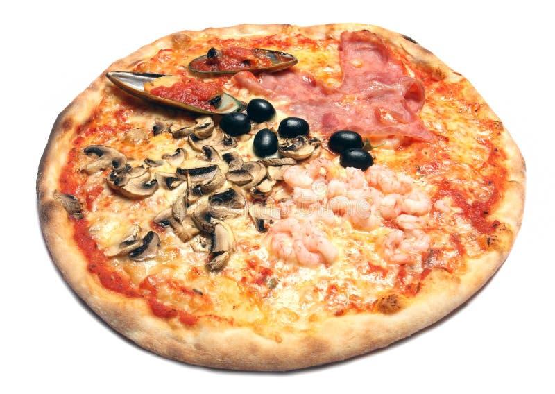 Pizza die op wit wordt geïsoleerde stock afbeeldingen