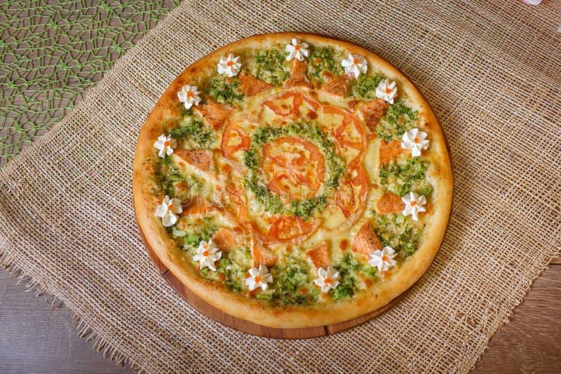 Pizza dietetica con i broccoli ed i pomodori immagine stock libera da diritti