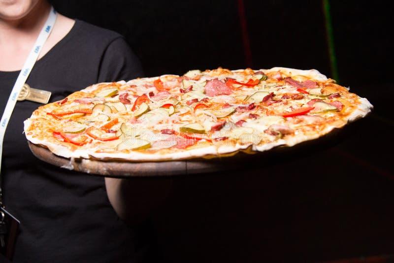 Pizza a disposizione fotografia stock libera da diritti