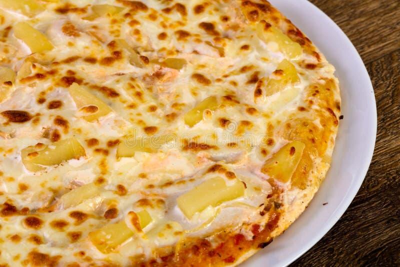 Pizza do abacaxi com queijo imagens de stock