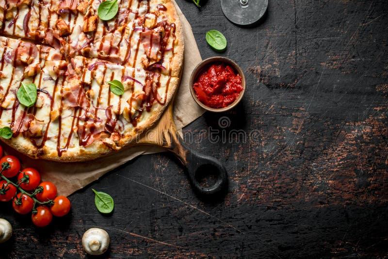 Pizza do assado com bacon, galinha e molho imagem de stock