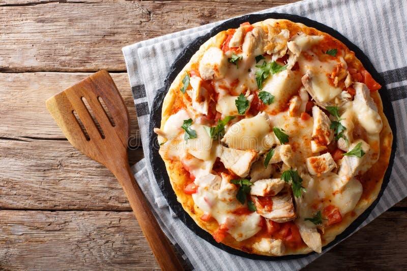 Pizza do búfalo com peito de frango, concasse do tomate e cl do queijo imagens de stock royalty free