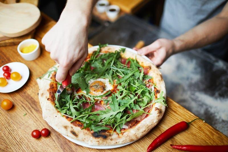 Pizza do corte antes de servir imagem de stock royalty free