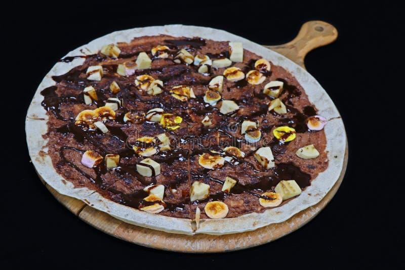 Pizza do ed da propagação do chocolate em uma placa de madeira imagem de stock