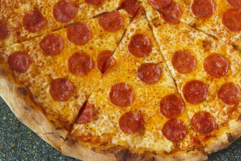 Pizza do estilo de New York com queijo e salame imagem de stock royalty free