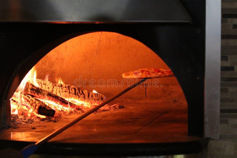 Pizza do forno do tijolo fotografia de stock royalty free