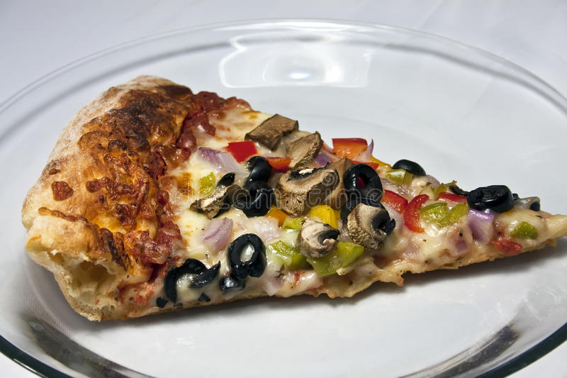 Pizza do gourmet no prato de vidro desobstruído fotografia de stock royalty free
