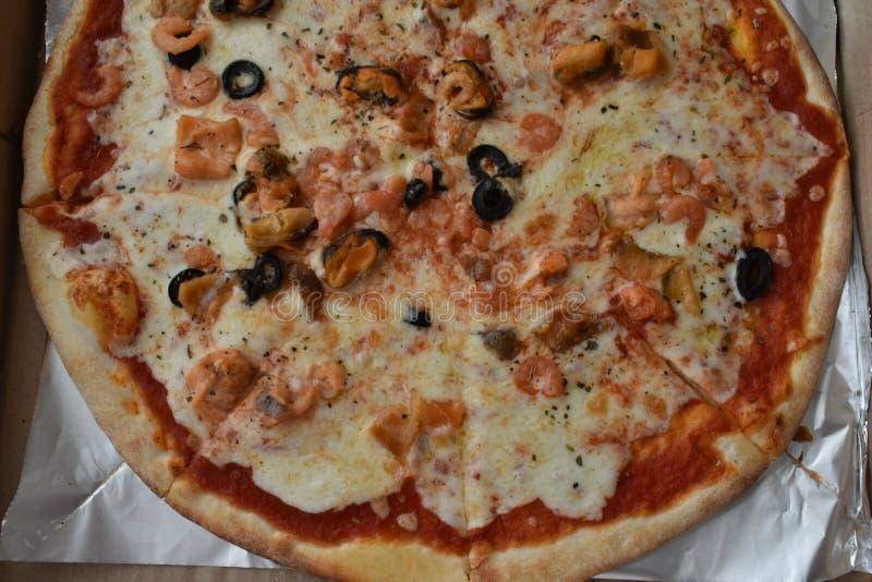 Pizza do mar em uma caixa imagem de stock