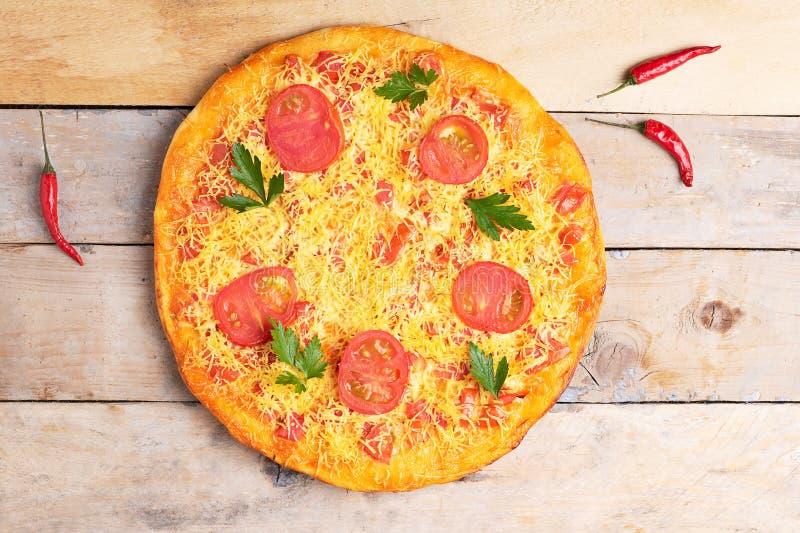 Pizza do margarita do queijo com tomates e manjericão, refeição na tabela rústica de madeira, vista superior do vegetariano fotografia de stock