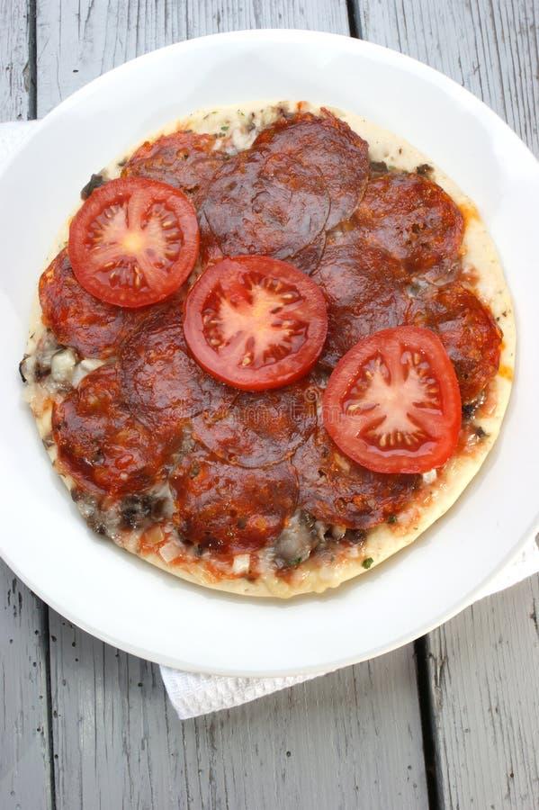 Pizza do Salami com tomate imagem de stock royalty free