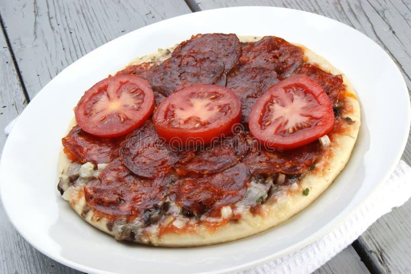 Pizza do Salami com tomate imagens de stock royalty free