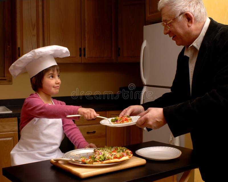 Pizza do serviço ao Grandpa fotos de stock