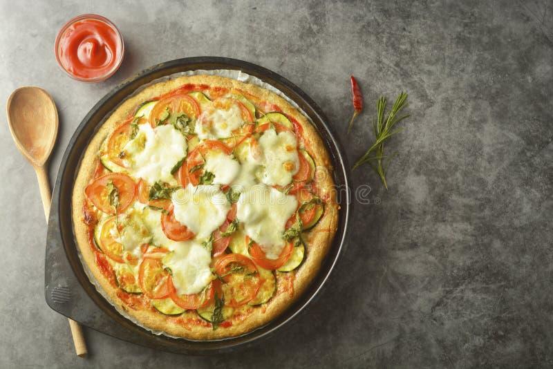 A pizza do vegetariano fez com massa wholegrain, com zuchinni, tomates e queijo do mozarella Pizza saudável, dietical Vista super fotografia de stock royalty free