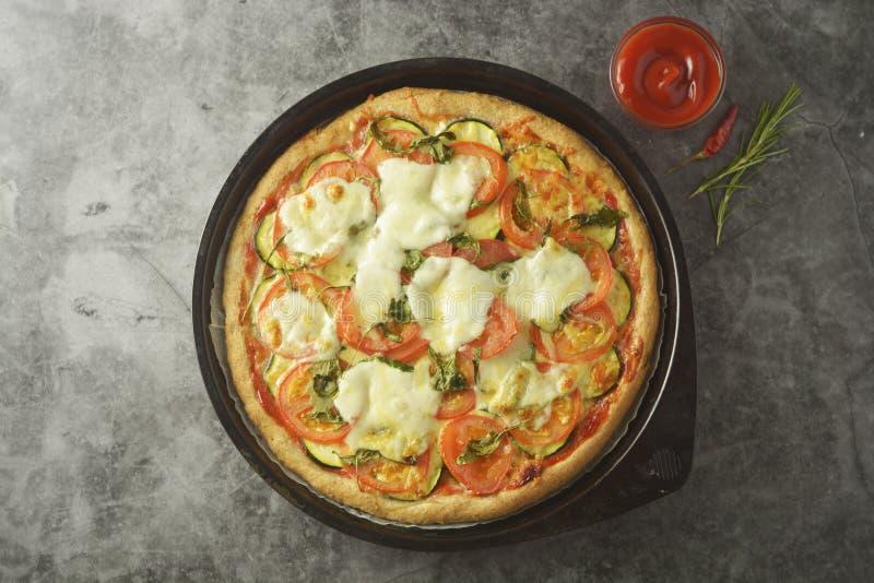 A pizza do vegetariano fez com massa wholegrain, com zuchinni, tomates e queijo do mozarella Pizza saudável, dietical Vista super imagem de stock